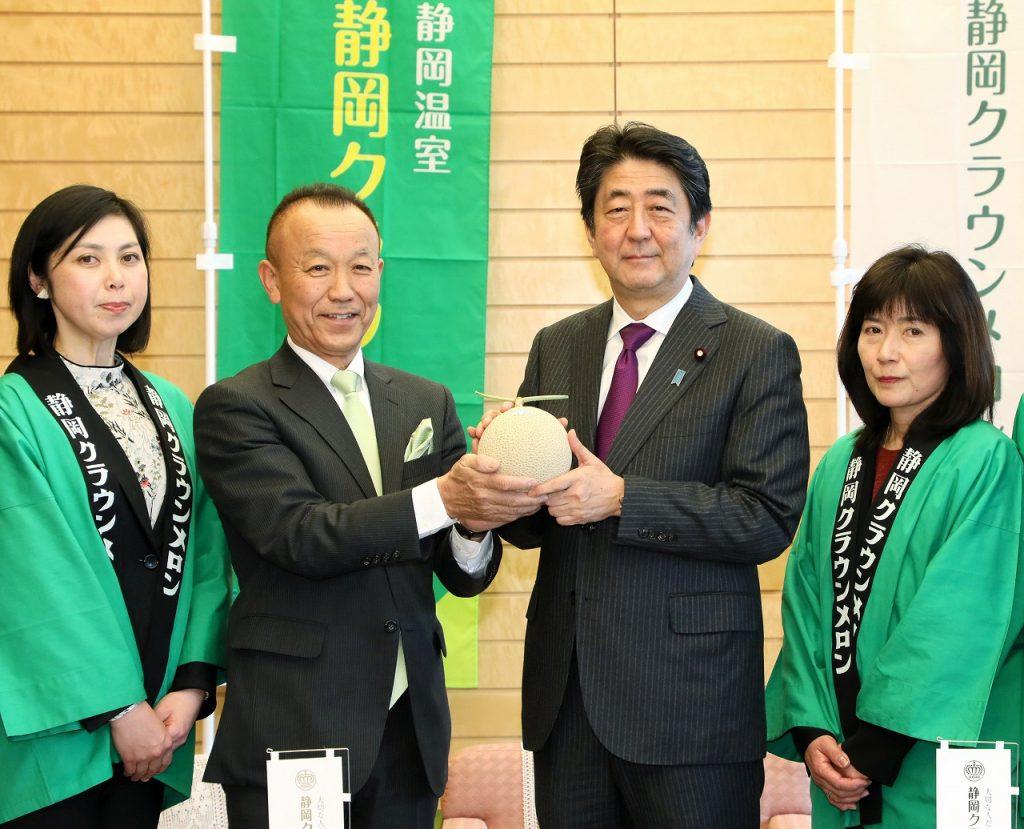 300216 静岡クラウンメロンの贈呈(贈呈を受ける安倍総理1)