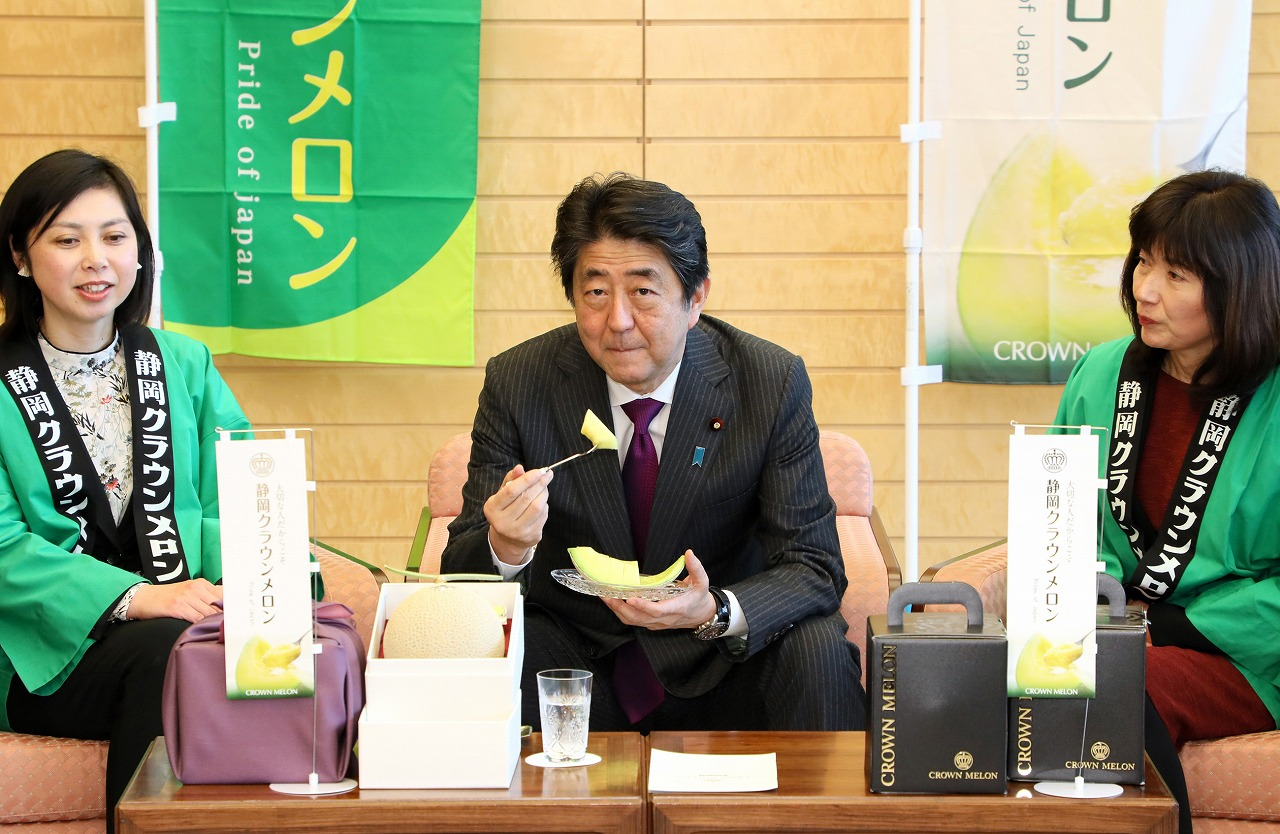 300216 静岡クラウンメロンの贈呈(贈呈を受ける安倍総理3)